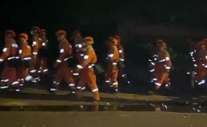 西昌消防今晨集结,2180人分四路对火场发起总攻