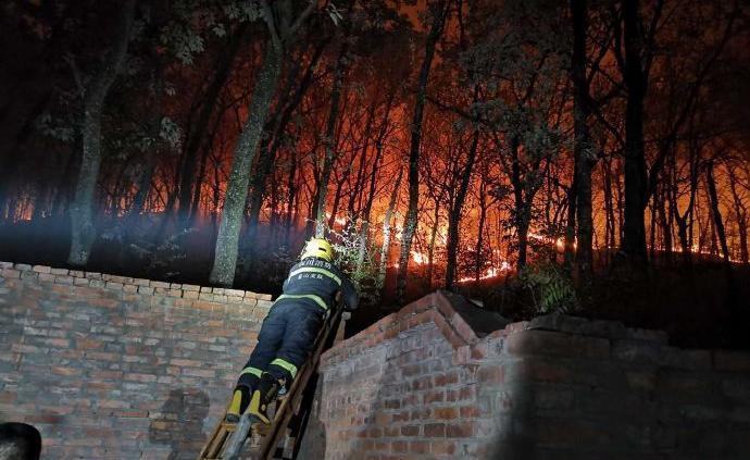 山火燃至一学校操场外20米,连成一线