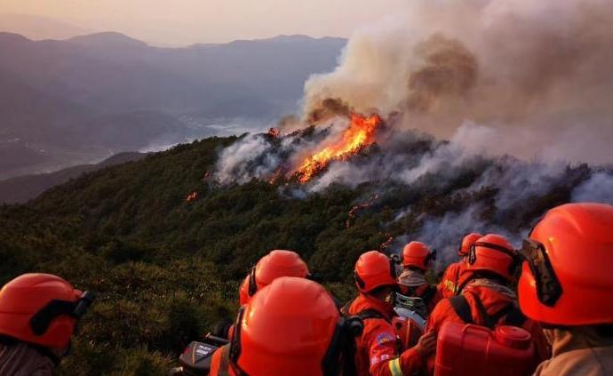 云南禄劝山火已持续燃烧逾40小时,六百余扑救人员仍在奋战