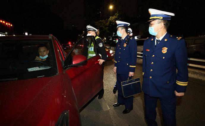 重慶兩江新區消防開展集中夜查行動,查處違法停車15輛
