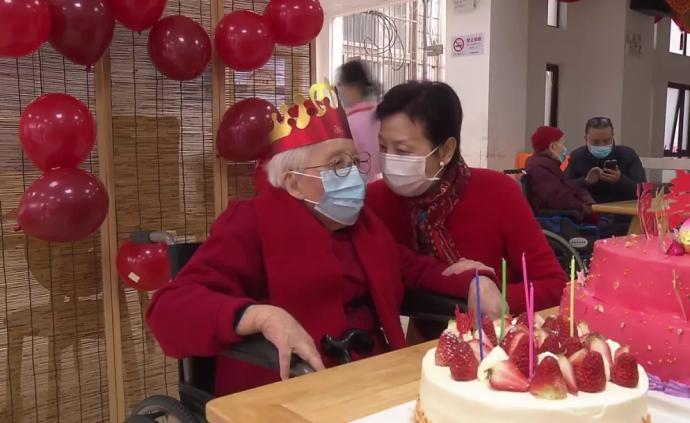 養老院開放探視,女兒為母親訂蛋糕下面條過百歲大壽