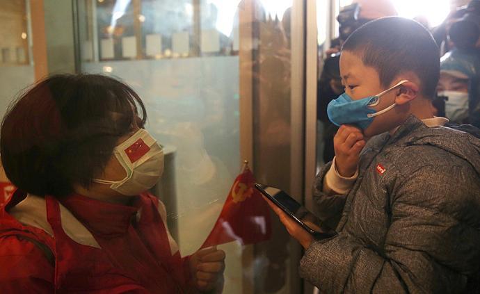 全民战疫|上海战疫英雄凯旋:母子隔着玻璃相见