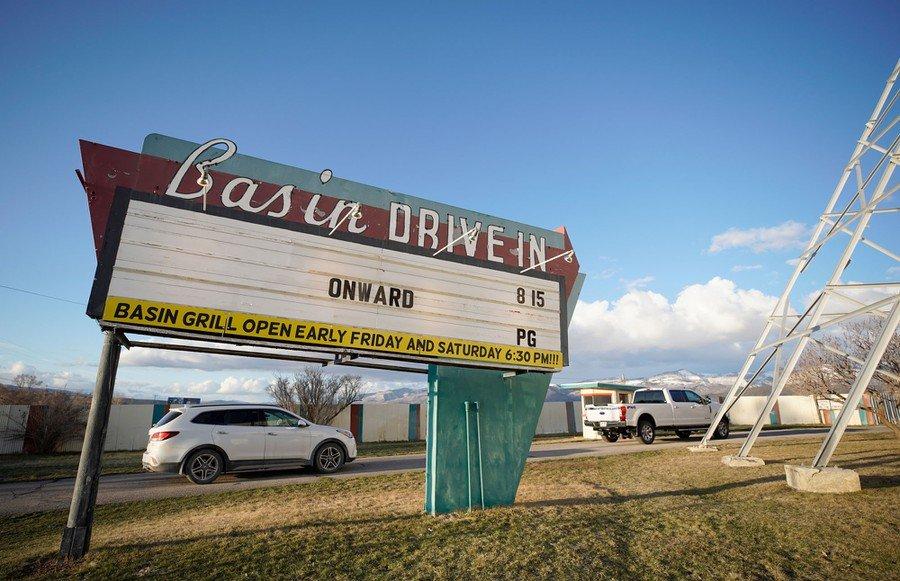汽车影院只能在太阳下山以后业务,白天则关门大吉
