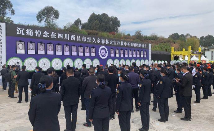 手捧鮮花肅穆站立,西昌市民自發前往殯儀館送別撲火英雄