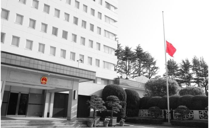 圖集|中國駐外使領館降半旗,深切悼念抗疫烈士和逝世同胞