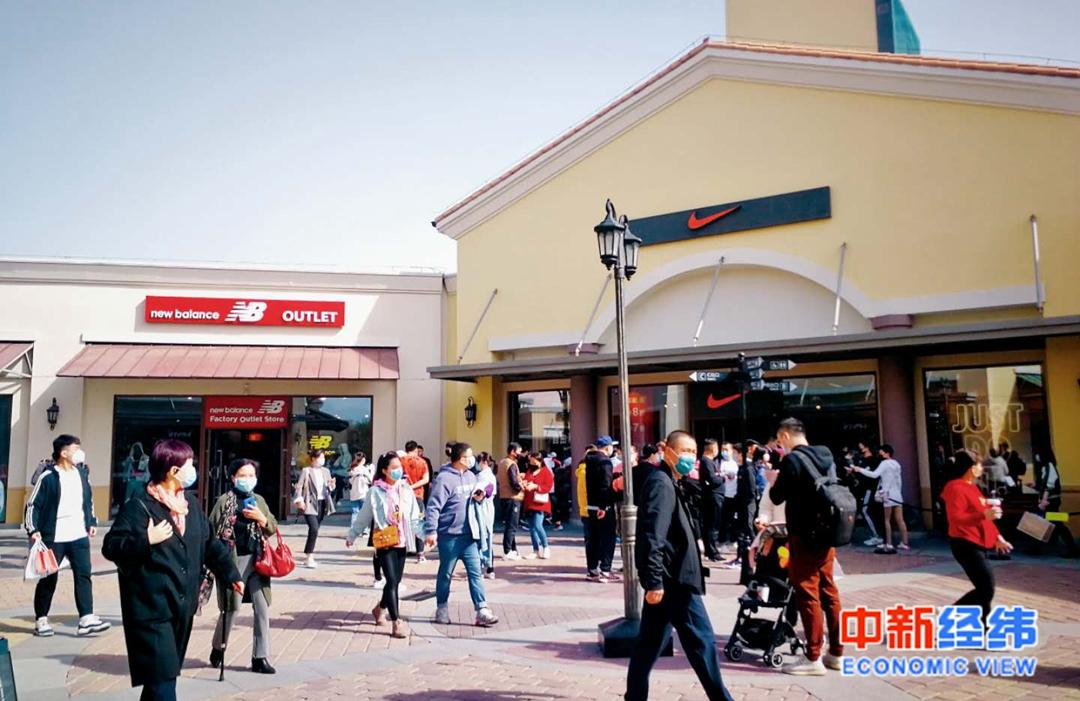 北京某购物小镇的消费人群 本文图均为 中新经纬 图