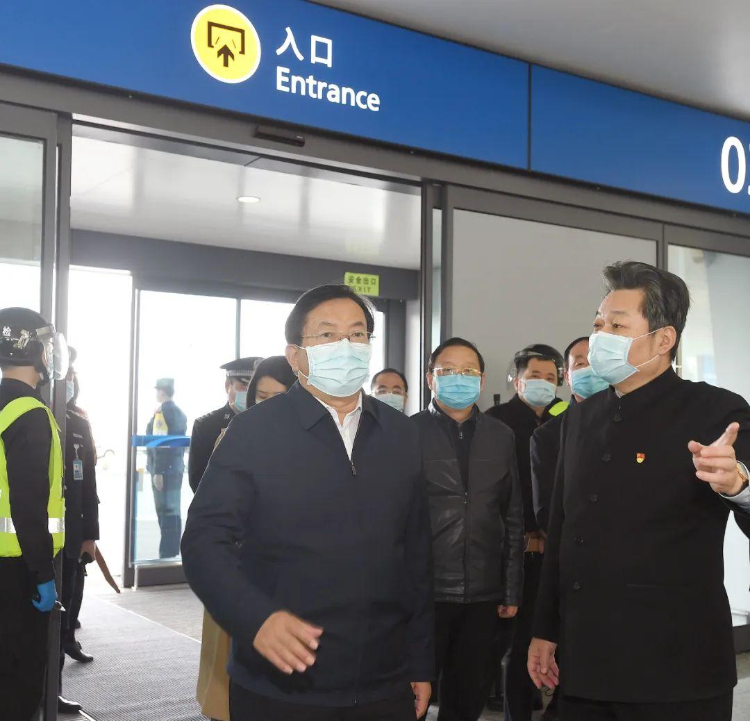 走进T3航站楼,王忠林实地检查旅客安检、值机、到达全流程,叮嘱各级各部门毫不放松抓紧抓实抓细各项防控工作 长江日报记者周超 摄