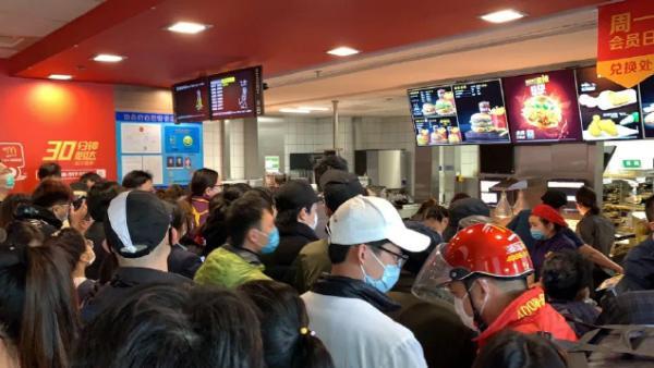 麦当劳会员日出半价桶,上海店面排起长队(改2)