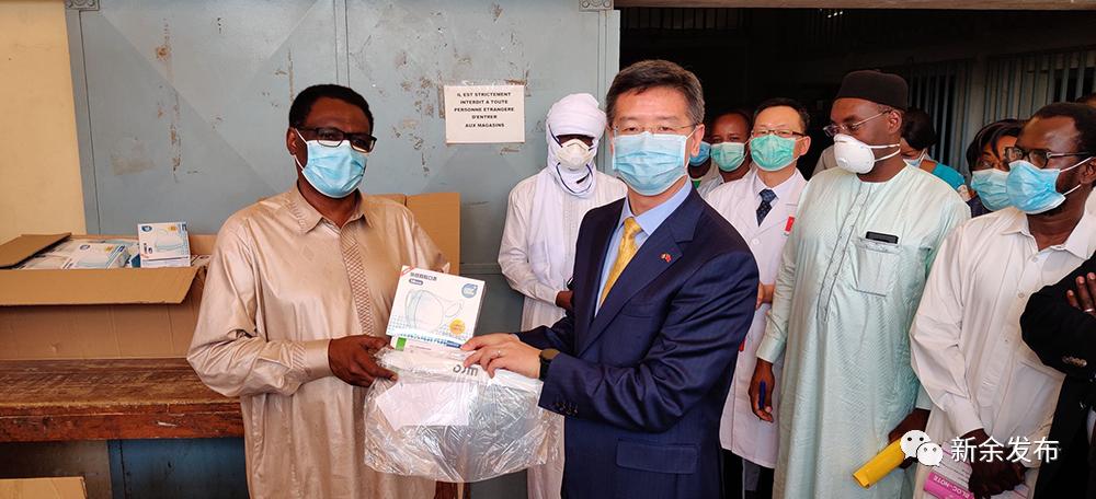 """4月2日,乍得卫生部在国家药品采购中心隆重举办中方援助抗""""疫""""物资交付仪式,驻乍得大使李津津和乍卫生部长卡亚尔分别代表双方参加。乍卫生部各部门负责人、中国援乍医疗队长队长周东辉等出席。中方此次捐赠的抗""""疫""""物资包括中国使馆援助的6个集装箱改造房(共12间病房)及马云公益基金会和阿里巴巴公益基金会捐赠的10万个医用口罩、2万盒检测试剂、1000件医用防护服及1000个防护面罩。"""