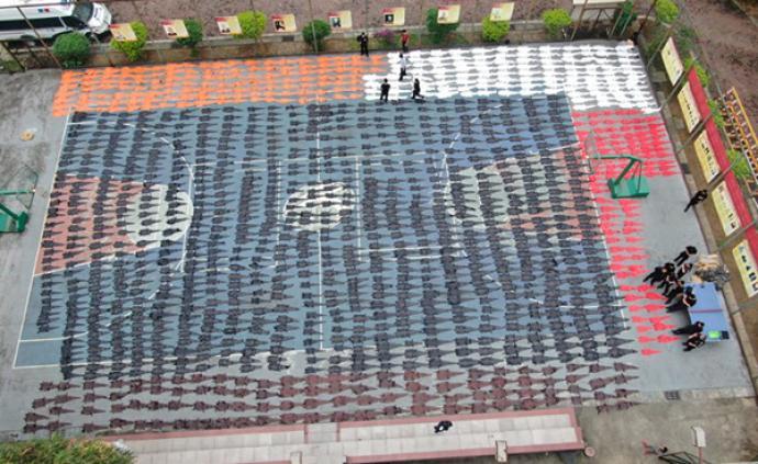 云南红河警方查获千余张鳄鱼皮制品,赃物铺满整个篮球场
