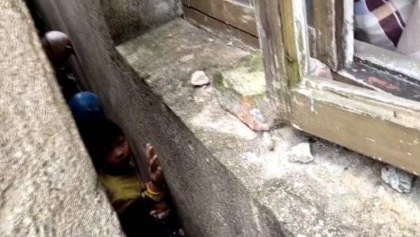 (竖版)3名幼童捉迷藏卡进墙缝,消防拆墙施救