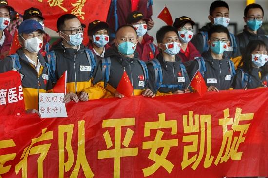 武漢解封當天,又一批馳援湖北的廣東醫療隊隊員返粵。南都特派記者 譚慶駒 攝