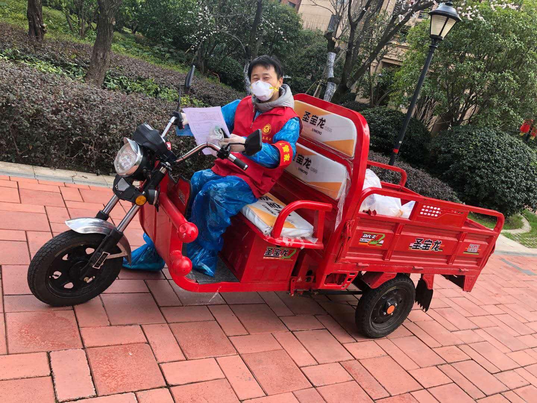 2月6日,周锡涛为楼栋邻居批菜后用三轮车分送。本文图片 受访者供图