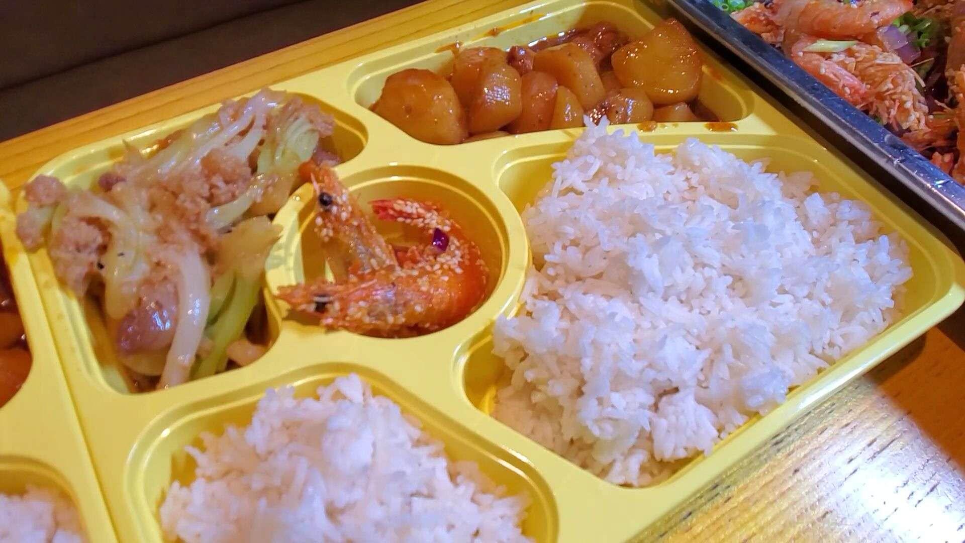 周锡涛和哥哥经营的饭店免费提供给医护的爱心餐。