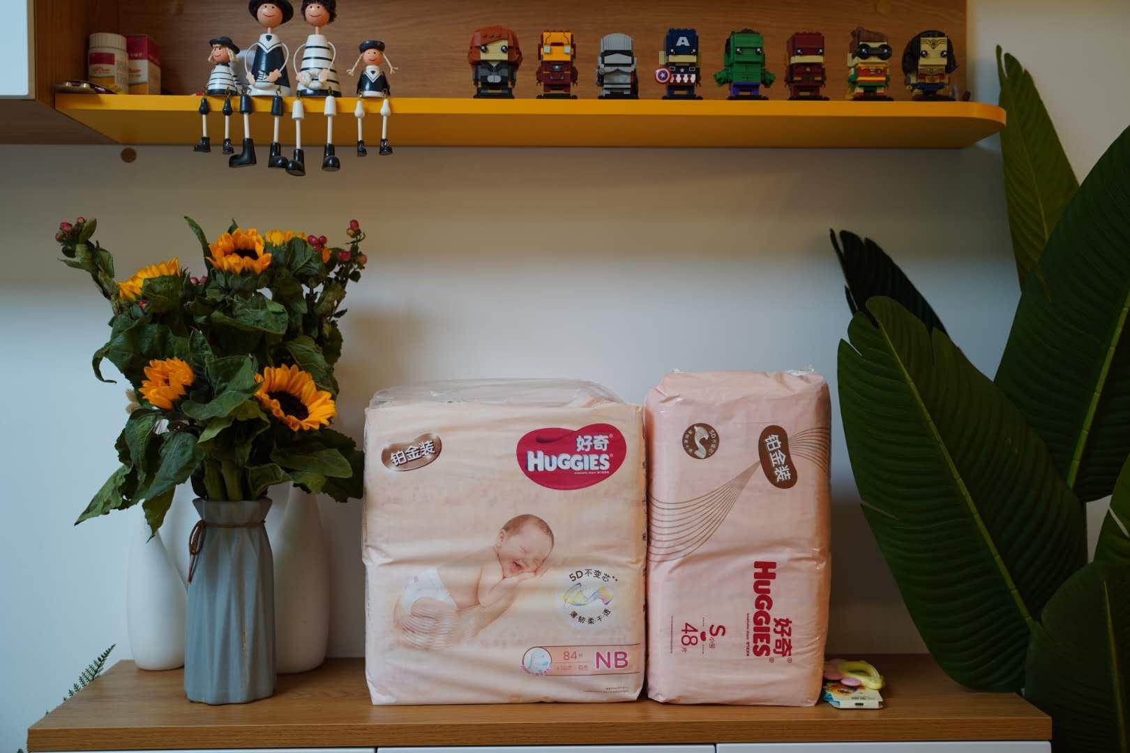 小区业主送给周锡涛家的纸尿布、玩具和花。