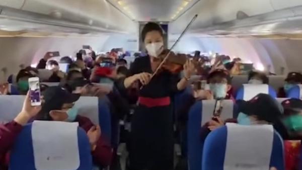 陕西援鄂医疗队回家,空姐拉小提琴迎接