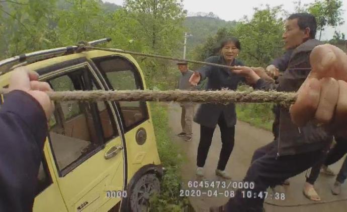 暖闻|七旬老人驾三轮出车祸被压车底,民警组织群众抬车救人