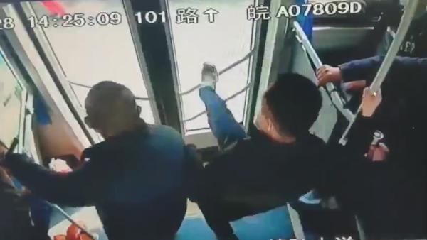 (竖)错过站点上桥后,乘客抢夺公交车方向盘