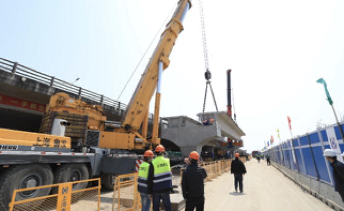 通往临港新片区顶尖科学家社区的匝道,首件预制箱梁吊装