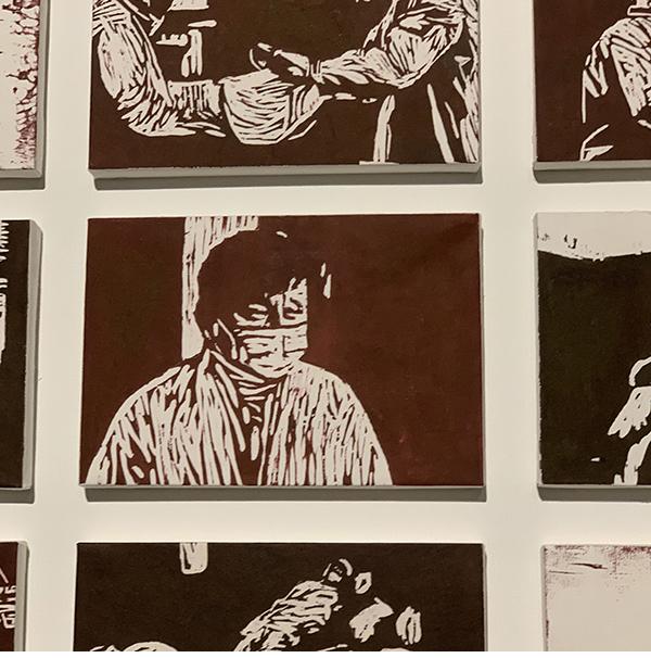 """在望到几幅肖像版画之后,张文宏称""""蛮像的""""。"""