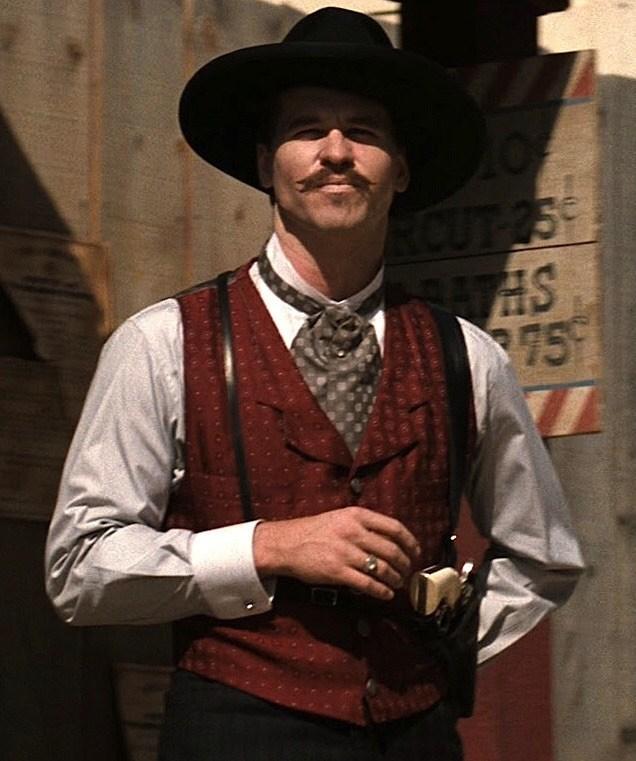 """方·基默在《墓碑镇》中饰演传奇神枪手""""医生""""霍里戴。"""