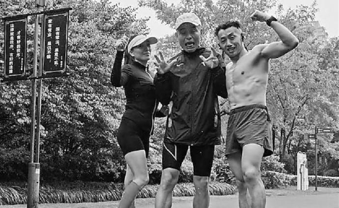 10个半小时刷200圈,杭州理发师穿拖鞋跑步111公里