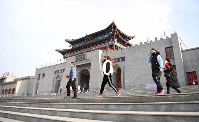 游客在甘肃省平凉市崆峒古镇景区游览(3月20日摄).