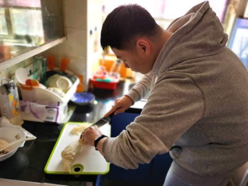 上海市卢湾高级中学高三六班班长韩家豪是一位美食达人,烧得一手好菜。