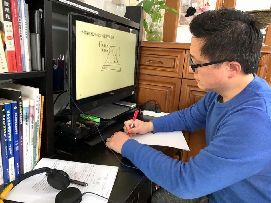 上海市复兴高级中学发展中心主任、高三优秀教师徐凯里准备网课资料。