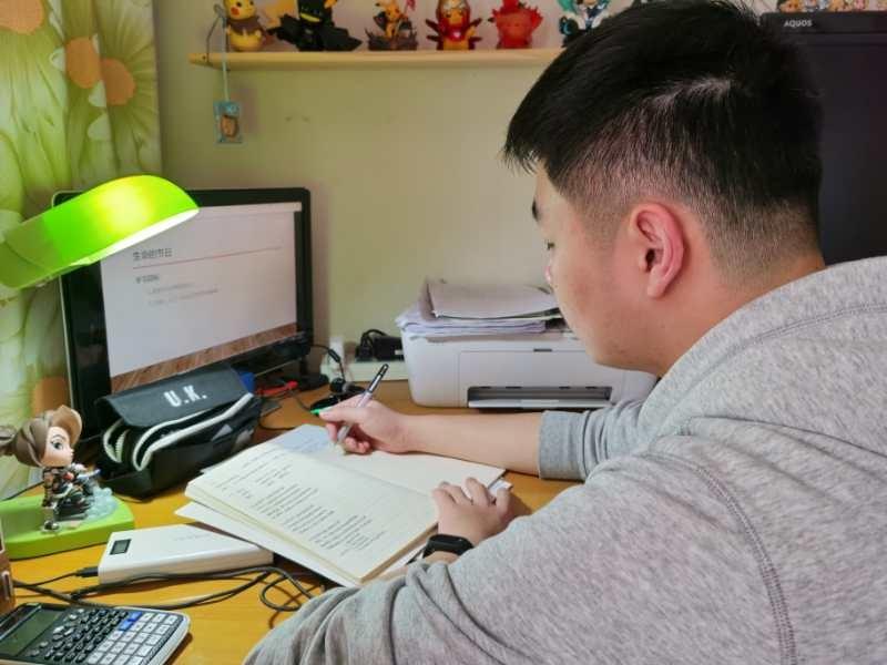 韩家豪上网课。