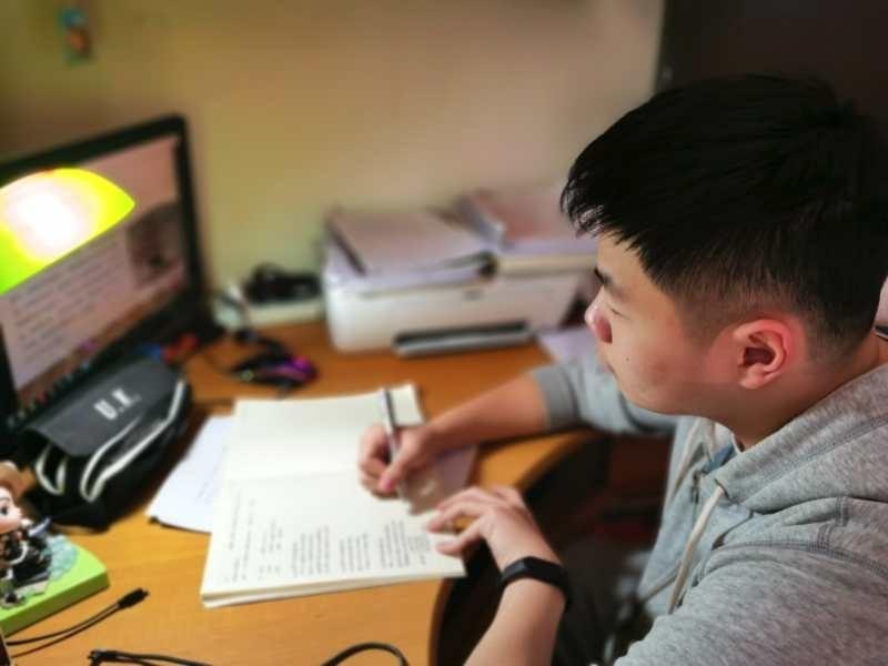 上海市卢湾高级中学高三六班韩家豪上网课。
