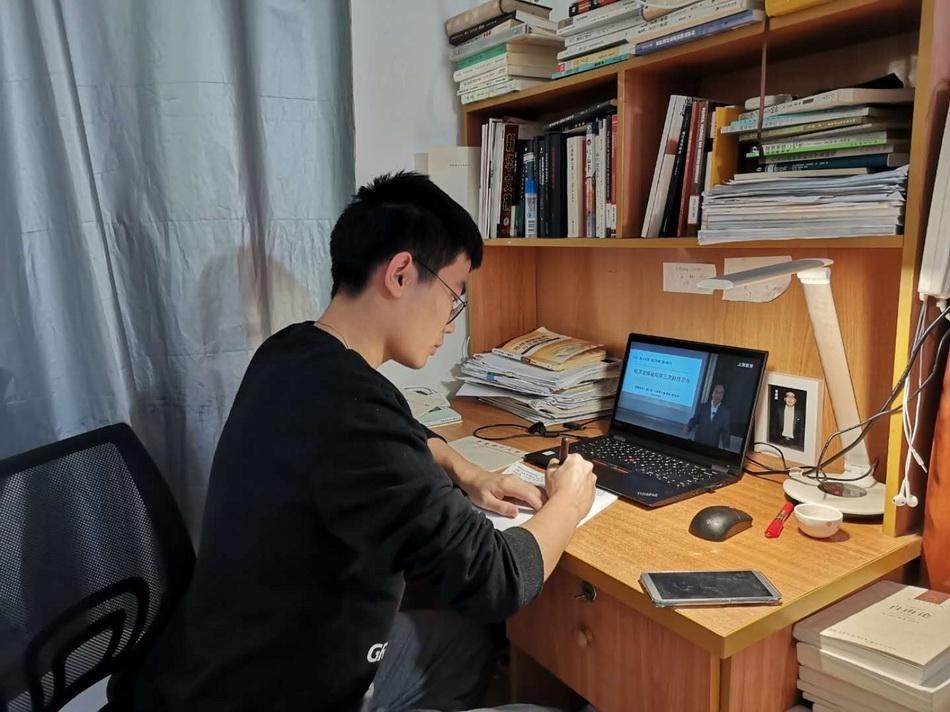 曹子恒上网课。