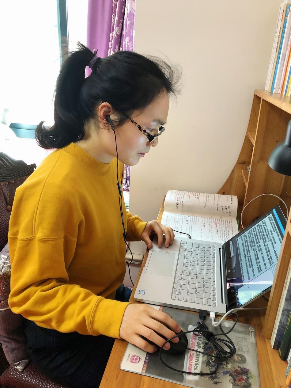 上海戏剧学院附属高级中学高三班主任金鸽网课与学生互动。
