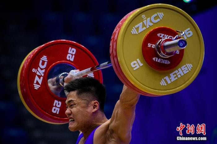 资料图:中国队选手吕小军在男子81公斤级的比赛中夺得抓举、挺举和总成绩三项亚军。本文图片 中新网