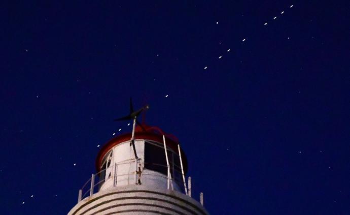 早安·世界|SpaceX的60顆星鏈衛星出現在俄羅斯夜空