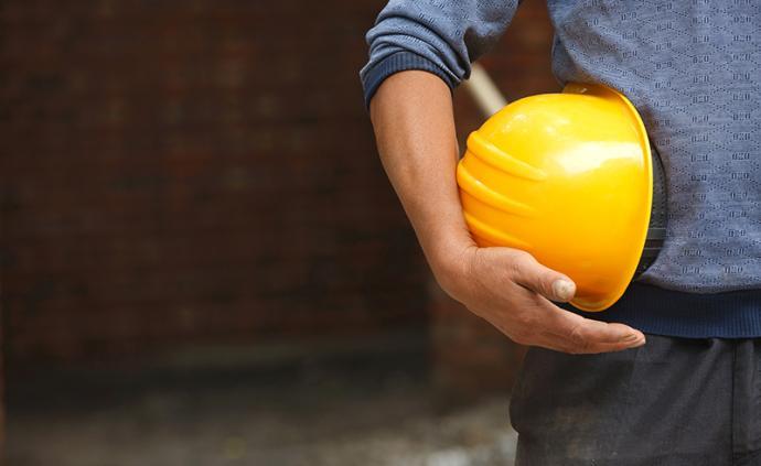 鄭州一建筑工地基坑坍塌:54歲工人被埋,4工友鐵鍬施救