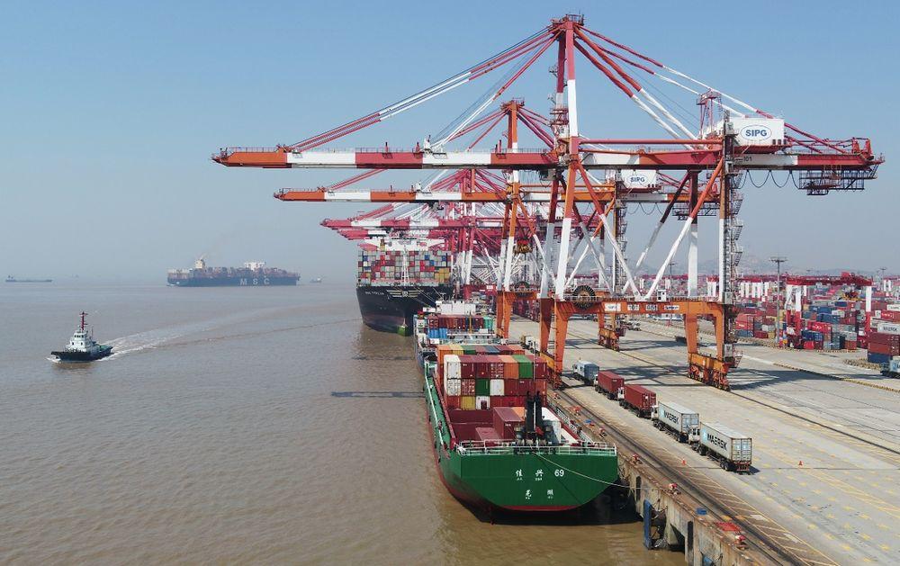 這是3月18日拍攝的上海洋山港集裝箱碼頭(無人機照片)。新華社記者 丁汀 攝