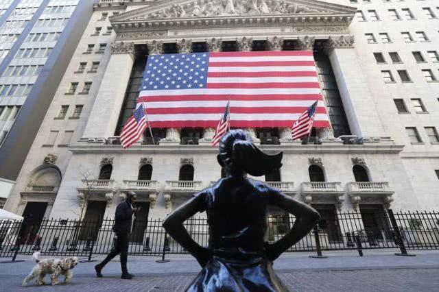 """3月24日拍摄的美国纽约证券交易所前的""""无畏女孩""""塑像。 新华社 图"""