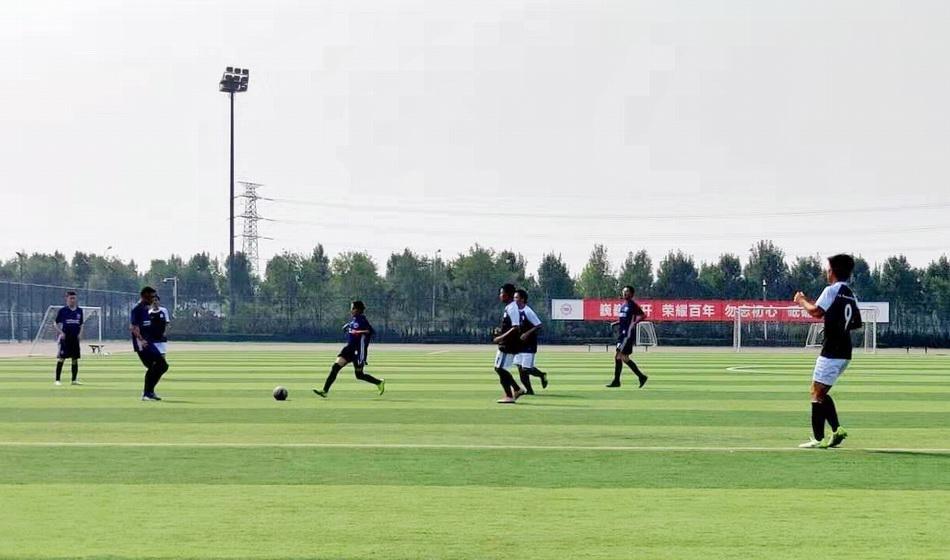 """""""新生杯""""参赛申诉通过后,普布志玛在球场奔跑。"""