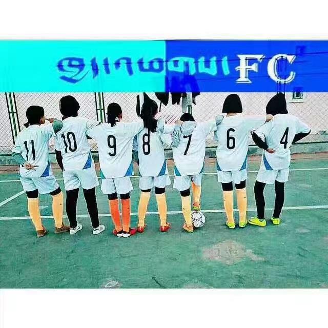 """高中一年级,普布志玛(7号)和她的""""另类FC""""女足队在拉萨中学球场。"""