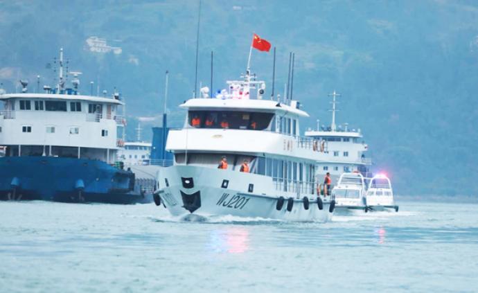 假期第一天船舶量陡增,重慶武警官兵護航黃金水道