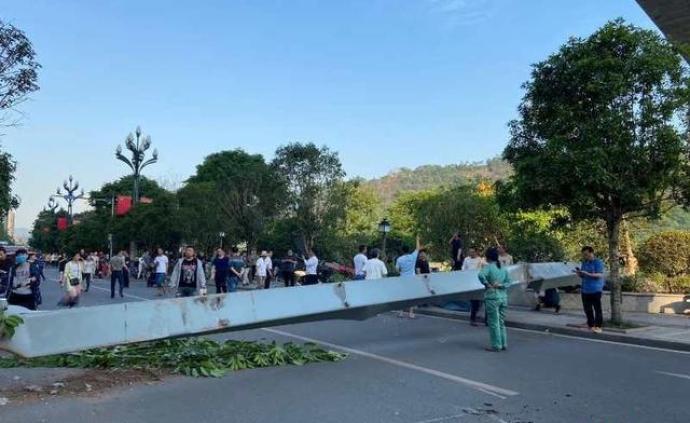 宜賓金沙江特大橋金屬附屬設施突然墜落,警方正在現場處置