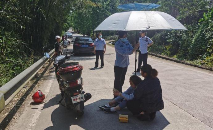 暖闻|重庆女子遇车祸受伤晕厥,女辅警借伞遮阳等待救助