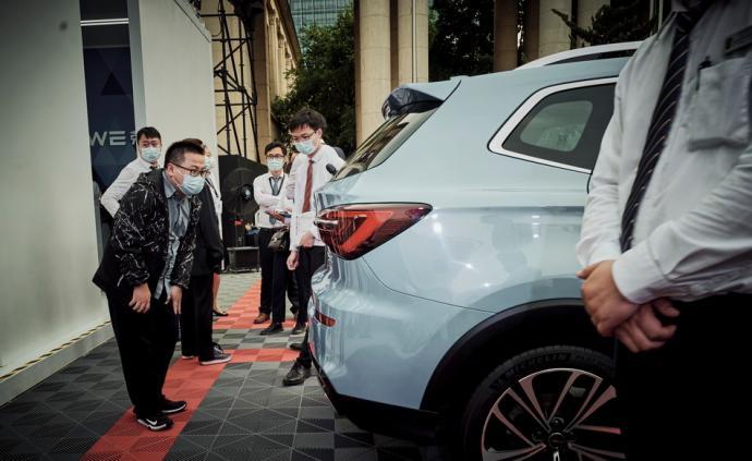 5月4日,上海展覽中心,市民在汽車嘉年華現場參觀。當前,疫情得到有效的控制,以及國家和車企相關政策的出臺,汽車市場也感受到了明顯的回暖。