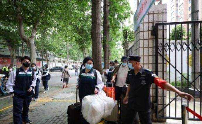 武漢5.78萬名高三學生今日返校復課,入校前先測溫