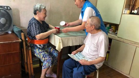 上海杨浦平凉路一栋老楼房内,家政人员为老人挑供服务。