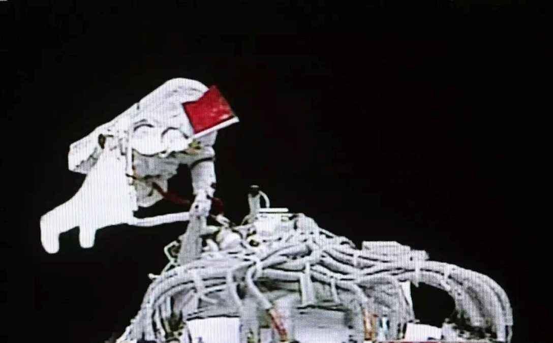 神舟七号航天员首次太空出舱