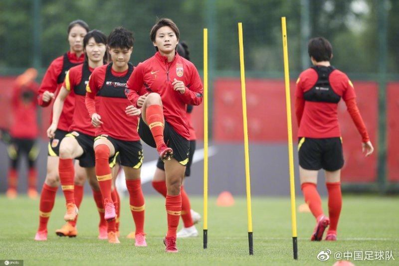 中国女足冒雨集训,队员表态:奥预赛拿下韩国没有问题