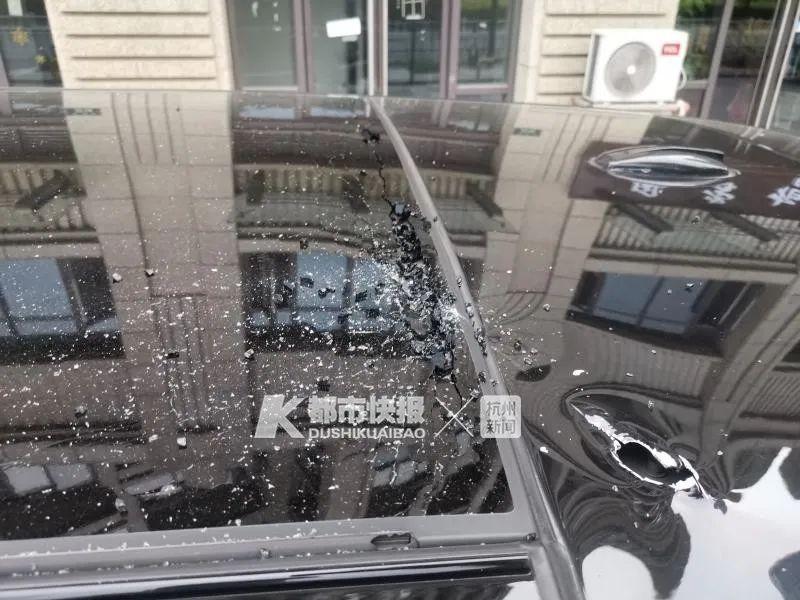 杭州一女子翻看男友手机后暴怒扔菜刀,正砸中楼下加长路虎