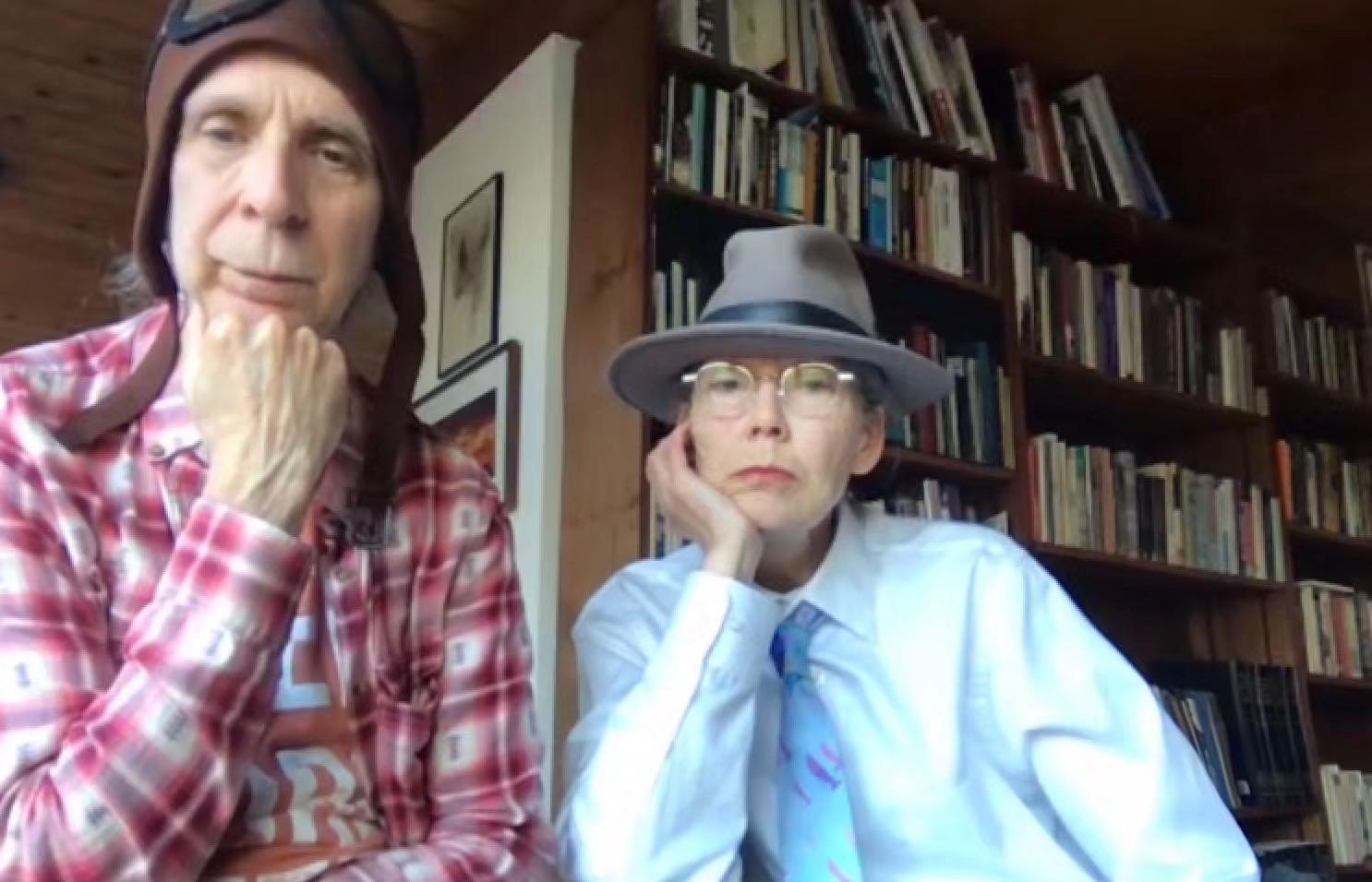 安妮·卡森(右)在隔离期间居住的小木屋,给学生上网课时的画面。